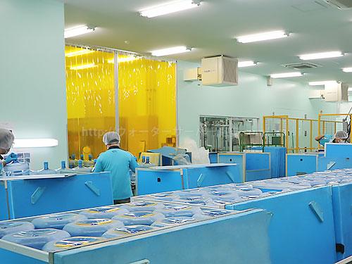 工場内の風景(空容器のチェック)