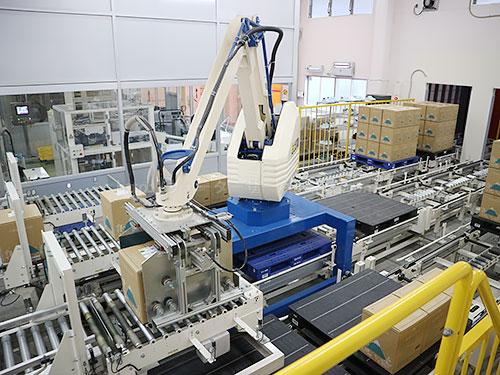 製品の入ったダンボールをパレットに運ぶロボット
