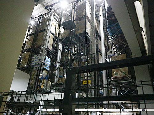 プレミアムウォーター富士吉田工場の自動倉庫の中