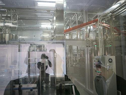 プレミアムウォーター富士吉田工場の水充填室