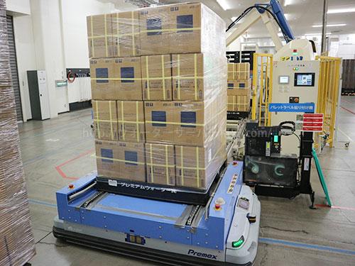 無人搬送車(AGV)に商品が載せられる