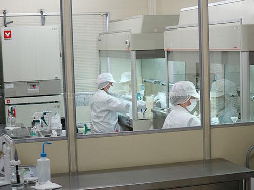 プレミアムウォーター富士吉田工場の水質検査室