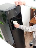 kamiさんフレシャス「スラット+カフェ」マットブラック、お父さんが子供に水を注いでいる写真