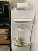 saya_makkyさんハミングウォーター「flows」背の高い容器でお茶を作っている写真