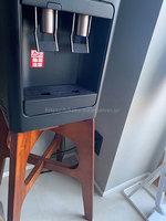 yanappleさんプレミアムウォーター「アマダナウォーターサーバー」ブラックの設置写真 出水口と木製置台