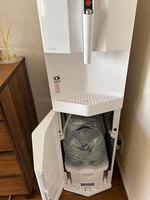 T.Sさん「cado(カドー)×PREMIUM WATER」ホワイトのサーバー下部のボトルセット箇所の扉を開いた写真