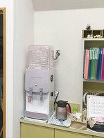 OJさんプレミアムウォーター「スリムサーバーIIIショート」ベビーピンク設置風景 正面全体引き