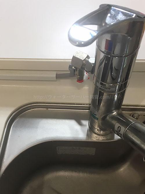 しおこんぶさんウォータースタンド「ナノラピア ネオ」設置写真、水道管とホースの接続部分