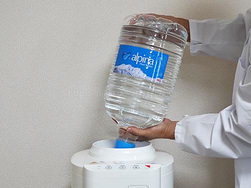 アルピナウォーター「エコサーバー」に2ガロン(7.6L)ボトルをセットしている写真