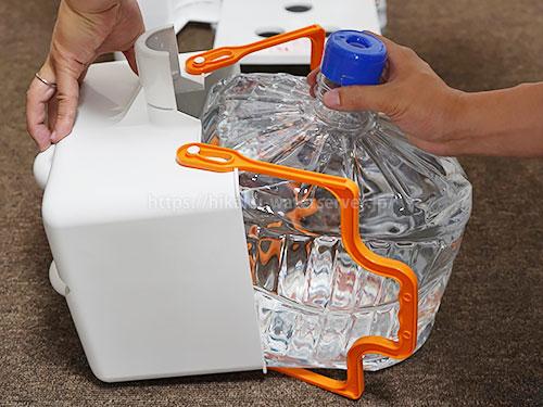 スマートプラスのボトルバスケットに水ボトルを入れている写真