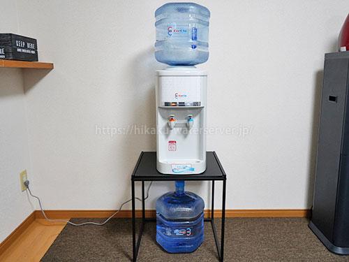 クリクラサーバーSの設置写真、置台の下に水ボトル