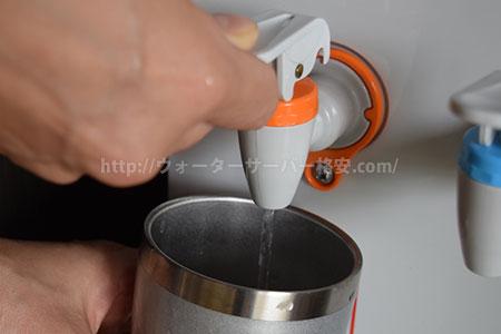 チャイルドロックを解除してお湯を注ぐ