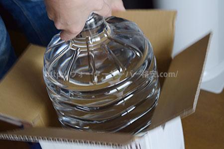 ダンボールから水ボトルを取り出す