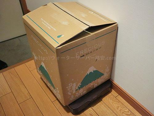 水の箱を台車に載せてる写真
