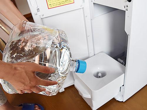 フレシャススラット、ボトルベースに新しい水ボトルをセット
