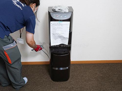 富士の湧水ウォーターサーバー床置きタイプ(ダークブラウン)の初回設置時、イワタニのスタッフが設置までやってくれる