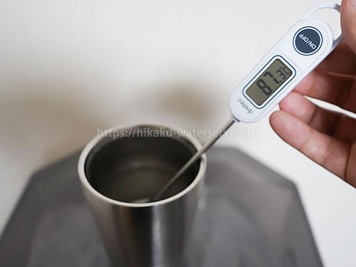富士の湧水ウォーターサーバー温水の温度を計測した写真(87.3℃)