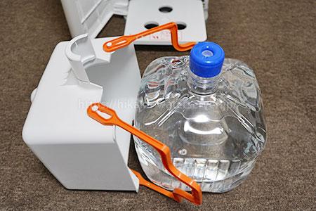 ワンウェイウォーター「Smartサーバー」ボトルバスケットを立てて水ボトルをセットしている写真