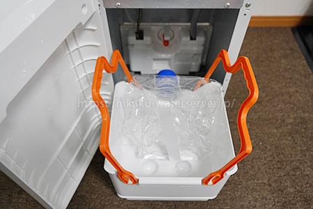 ワンウェイウォーター「Smartサーバー」空ボトルを取り出した写真