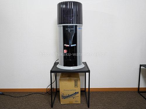 ワンウェイウォーター「スタイリッシュウォーターサーバー」正面、水ダンボールを下に置いた写真