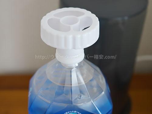 ペットボトルに専用キャップを取り付ける