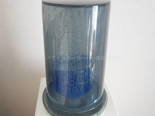 Toffyペットボトル専用ウォーターサーバーのボトルカバーに水滴が付着している