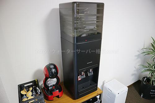プレミアムウォーターamadanaウォーターサーバー 卓上型として設置斜めからの写真