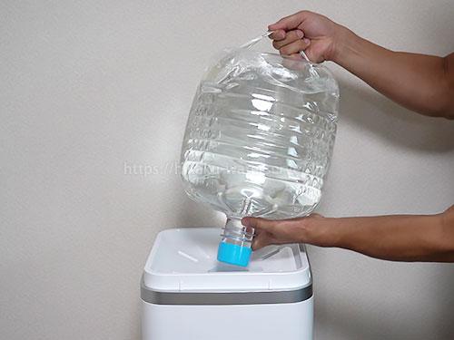 プレミアムウォーター「キュオル」のボトル交換(新しいボトルを差し込む)