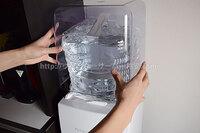 プレミアムウォータースリムサーバーⅢボトルケースをはめている写真