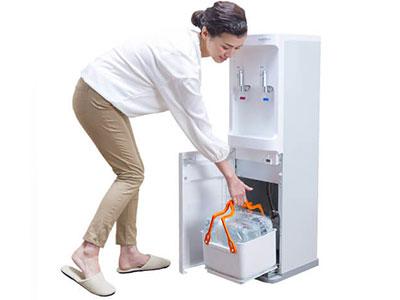 ボトル下置きサーバーなので水の交換がラク