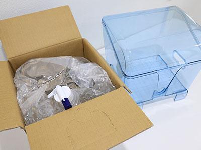 ふじざくら命水ウォーターサーバーの開封したバッグインボックスとパックケースの写真