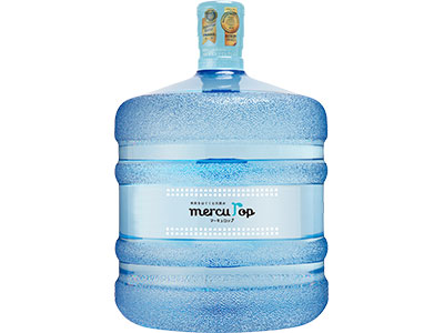 マーキュロップ担当スタッフが自宅の保管場所まで水ボトルを運んでくれる
